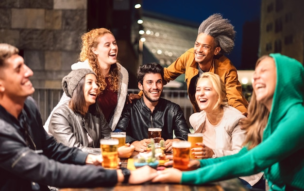 Gente feliz bebiendo cerveza en el bar de la cervecería al aire libre