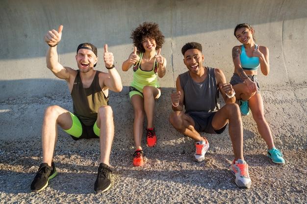 Gente feliz cheerfuk en ropa deportiva descansando