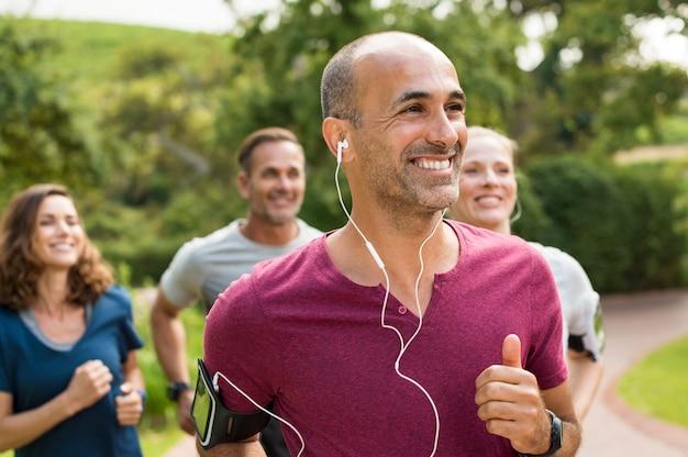 Gente feliz corriendo