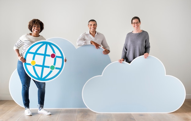 Gente feliz con iconos de tecnología y nube