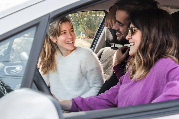 Gente feliz montando coche