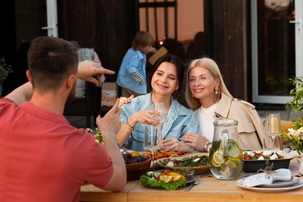Gente feliz sentada en la mesa