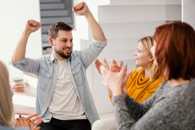 Gente feliz en la sesión de terapia de grupo