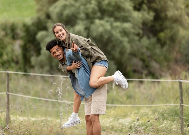 Gente feliz de tiro completo al aire libre