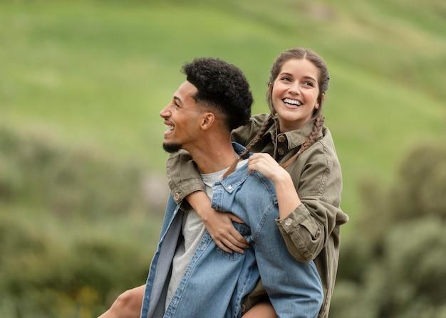 Gente feliz de tiro medio al aire libre