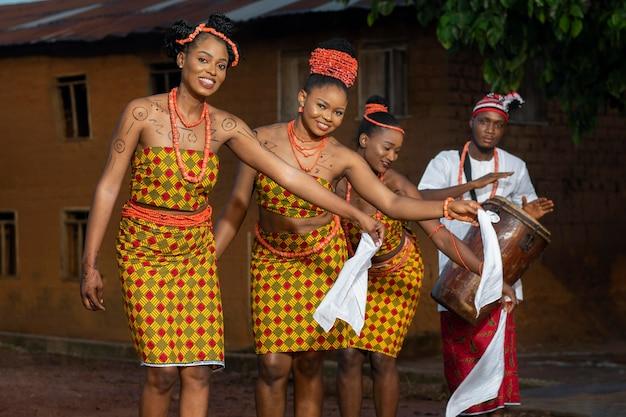 Gente feliz de tiro medio celebrando