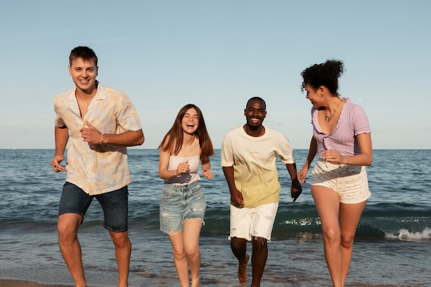 Gente feliz en tiro medio de mar