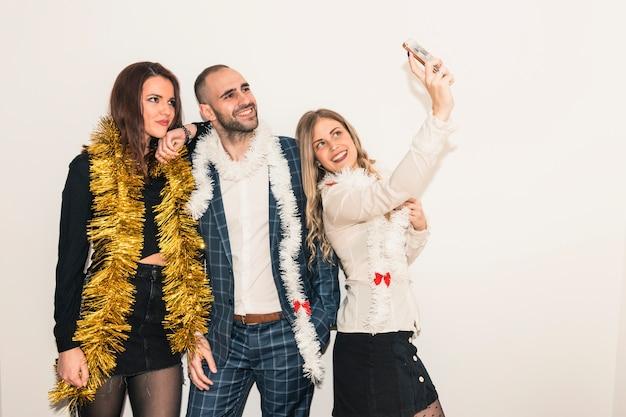 Gente feliz tomando selfie con smartphone
