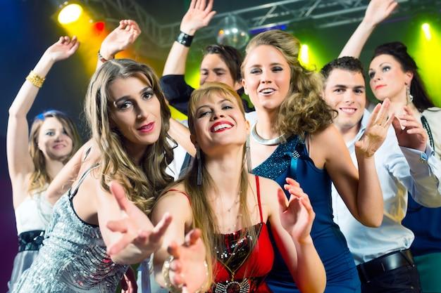 Gente de fiesta bailando en discoteca