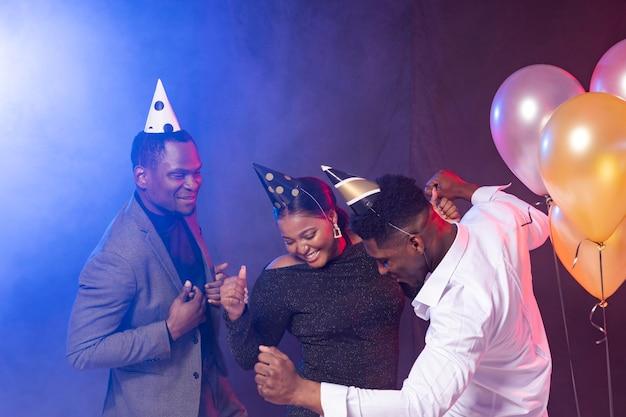 Gente de fiesta de cumpleaños feliz bailando y pasando un buen rato