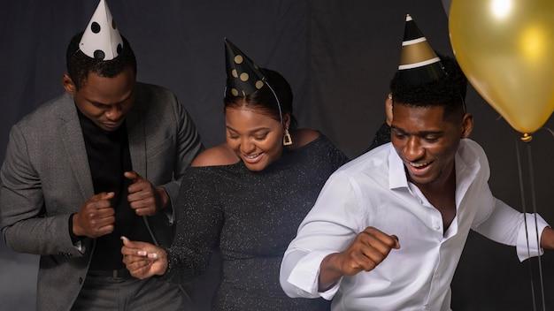 Gente de fiesta feliz cumpleaños bailando vista frontal