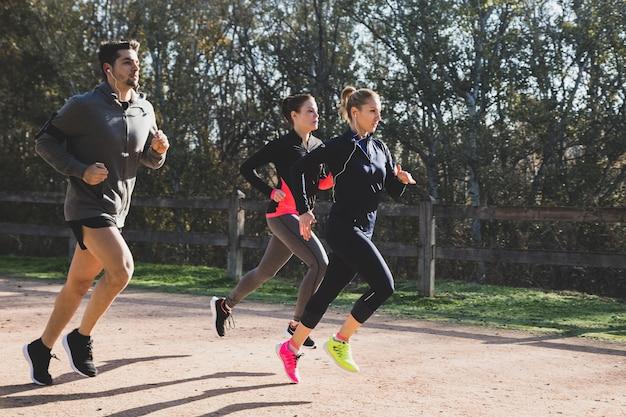 Gente en forma corriendo al aire libre