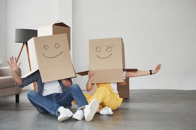 Gente graciosa. pareja feliz juntos en su nueva casa. concepción de mudanza