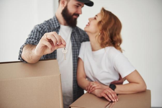 Gente guapa. pareja feliz juntos en su nueva casa. concepción de mudanza