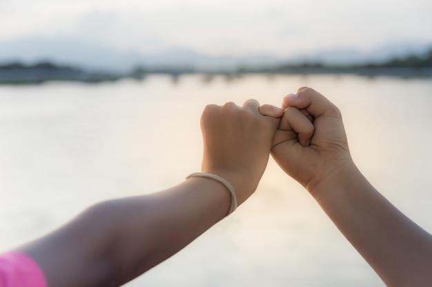 La gente se hace promesas el uno al otro.