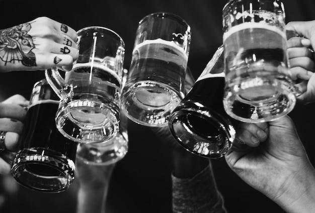 Gente haciendo un brindis con cervezas