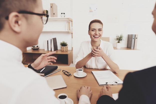 La gente está haciendo preguntas en la entrevista de trabajo.
