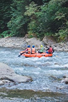 Gente haciendo rafting en el espacio de copia de río de montaña