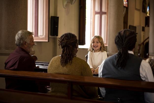 La gente de la iglesia cree la fe religiosa rezando