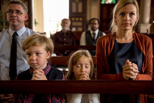 La gente de la iglesia cree la fe religiosa