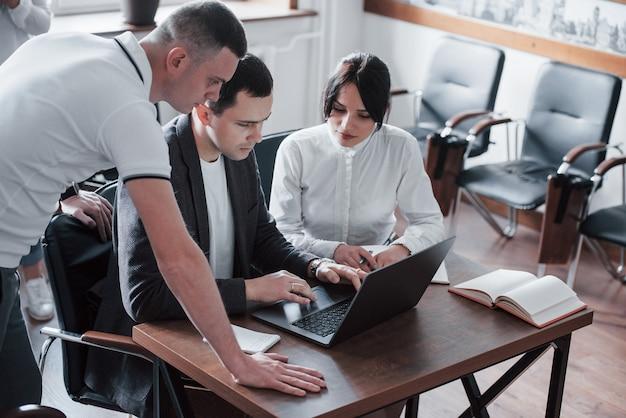 Gente inteligente. gerente con su equipo trabajando en su nuevo proyecto en el aula