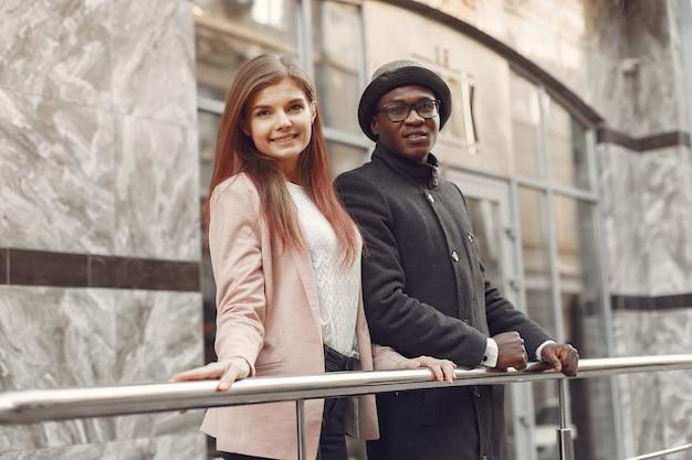 Gente internacional en una ciudad de otoño
