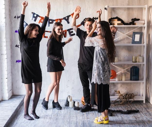 Gente joven celebrando halloween