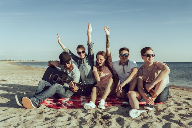 Gente joven inconformista en vacaciones de verano