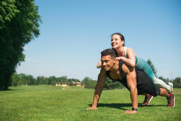 Gente joven practicando deporte al aire libre