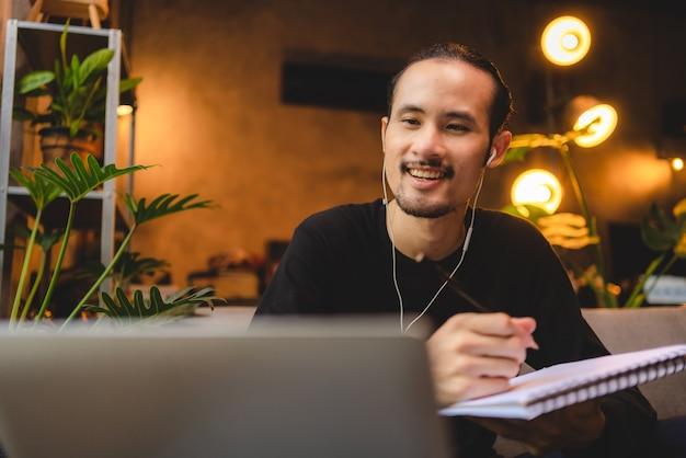 Gente joven que se reúne en línea a través de la tecnología del ciberespacio de videoconferencia, trabajo comercial desde casa por computadora portátil, comunicación remota, llamada virtual al grupo de colegas de trabajo en equipo en la oficina en casa