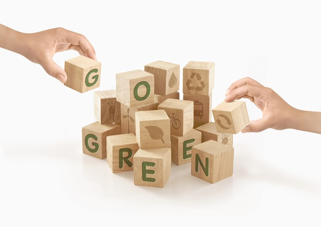Gente jugando con bloques de juguete de madera