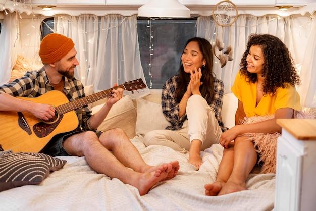 Gente jugando y cantando concepto de viaje por carretera de aventura