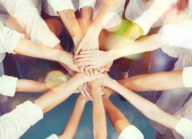 Gente juntando sus manos, concepto de trabajo en equipo