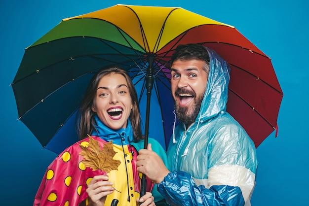 Gente bajo la lluvia. el clima otoñal y el clima son cálidos y soleados y es posible que llueva. lluvia y