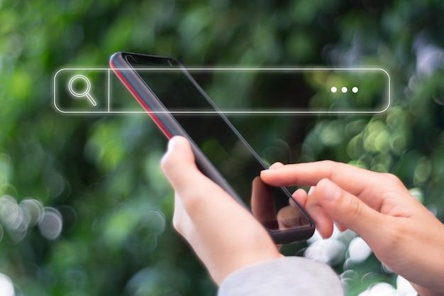 La gente de la mano mediante teléfono móvil o teléfono inteligente en busca de información en la web de la sociedad en línea de internet con el icono del cuadro de búsqueda