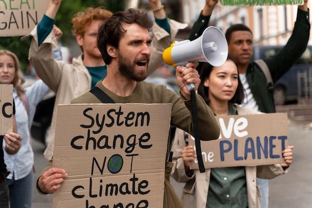Gente marchando en protesta por el calentamiento global
