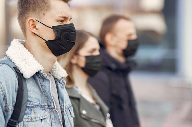 La gente en una máscara se encuentra en la calle