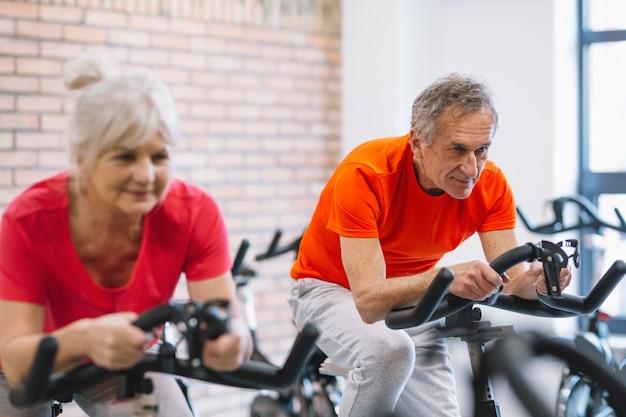 Gente mayor en bicicleta estática