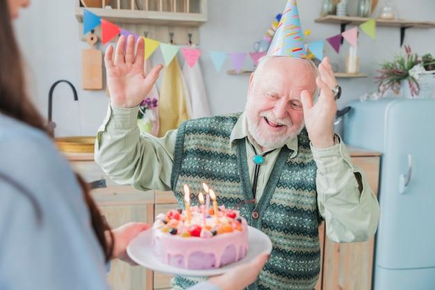Gente mayor celebrando un cumpleaños