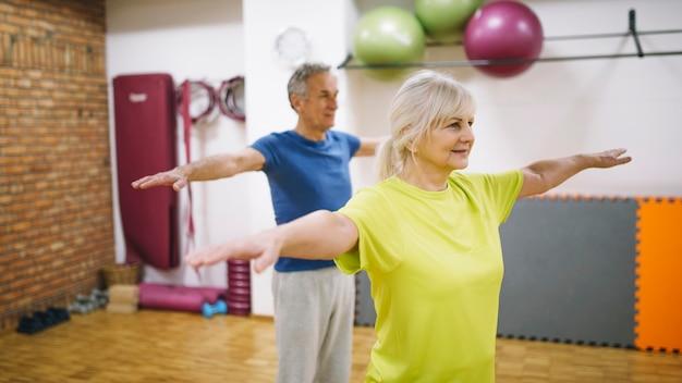 Gente mayor entrenando