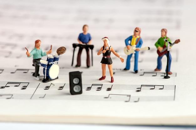 Gente en miniatura de la banda de rock