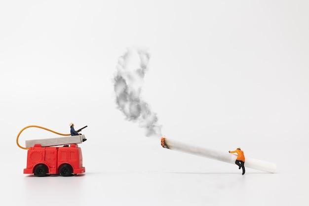 Gente en miniatura: bomberos y cigarrillos.