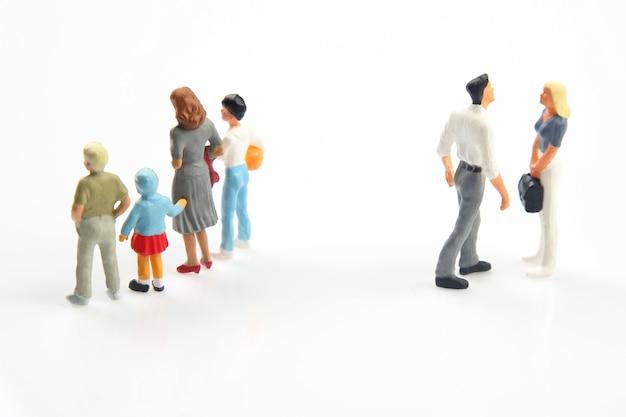 Gente en miniatura. concepto de personas de la familia en las relaciones. el problema de la fidelidad en el matrimonio. criar hijos en relaciones problemáticas en la familia.