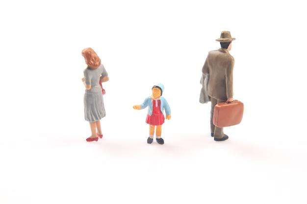 Gente en miniatura. concepto de personas de la familia en las relaciones. el problema de la fidelidad en el matrimonio. criar hijos en relaciones problemáticas en la familia