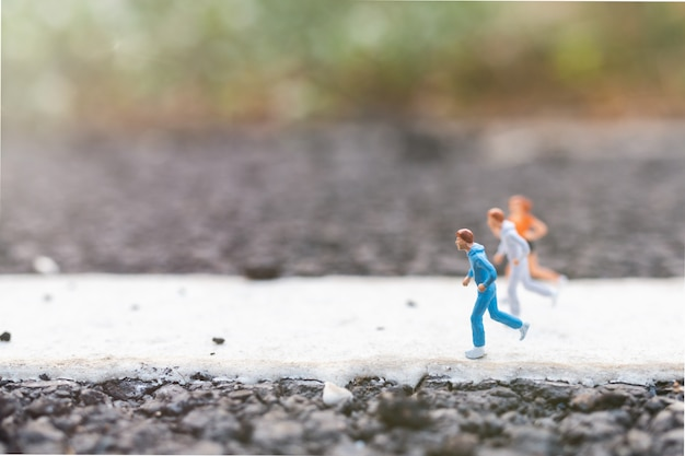 Gente miniatura corriendo en la calle