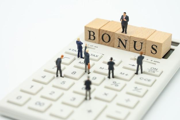 Gente en miniatura empresarios a la espera de ganancias. beneficios de la empresa para pagar un bono.