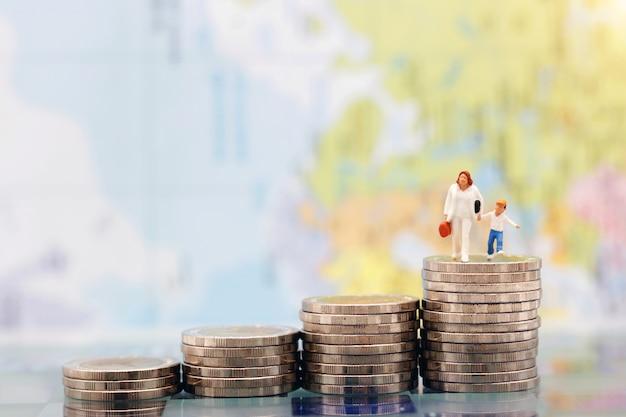 Gente miniatura: familia feliz de pie en la pila de monedas, crecimiento que ahorra dinero. ahorro de dinero, educación, plan de emergencia y concepto financiero.
