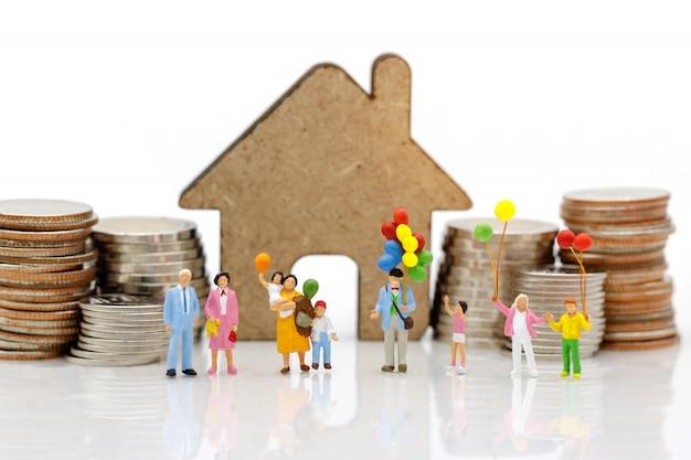 Gente en miniatura, familia y niños disfrutan con globos de colores.