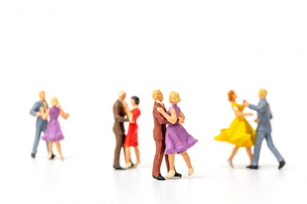 Gente miniatura, pareja bailando sobre fondo blanco