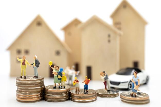 Gente en miniatura: persona mayor y familia de pie en la pila de monedas con el hogar, concepto de planificación de la jubilación.